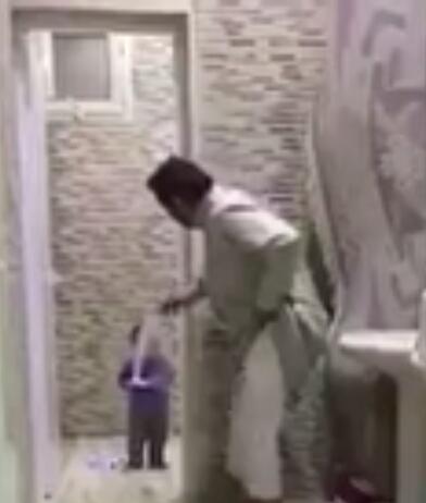 طفل يلعب مع ابوه ولكن وضع ابوه في موقف لا يحسد عليه ههههههه