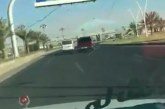 بالفيديو سيارة تتعمد قلب حافلة نقل صغيرة في تبوك
