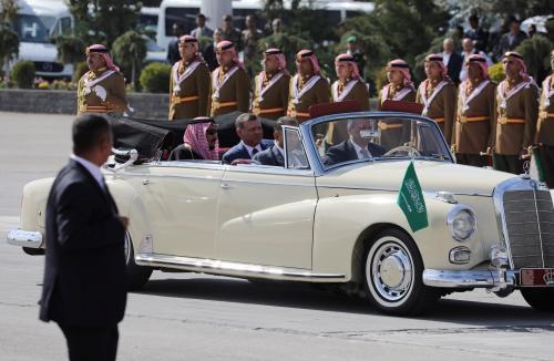 تعرف على السيارة المرسيدس المميزة التي استُخدمت في مراسم استقبال خادم الحرمين بالأردن