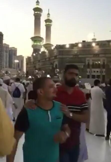 فيديو قوات الطورئ ومواطنين و مقيمين يحاولون فض شجار بالحرم المكي ولكن دون جدوى