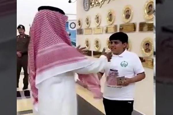 بالفيديو: لقطات معبرة لأبناء الشهداء وهم يقبلون صور آبائهم المعلقة في مرافق وزارة الداخلية