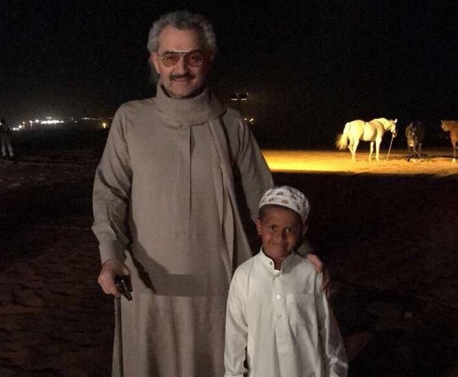 """بعد انتشار مقطعه.. الأمير الوليد بن طلال يلتقي بالطفل """"السحلي"""" (صور)"""