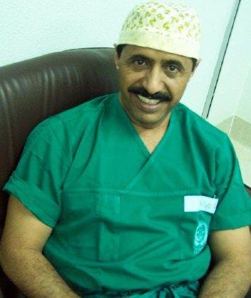 قصة كفاح طبيب سعودي.. بدأ حياته حطاباً بالأسواق فأصبح من أكبر جراحي الوجه والفكين بالعالم