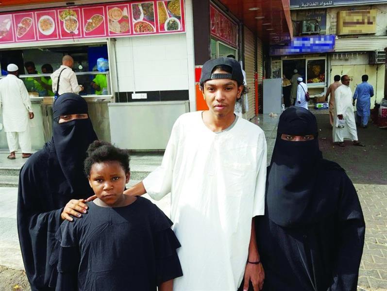 صورة .. المرأة المُعتدى عليها في مكة تروي تفاصيل الواقعة.. وتعبر عن صدمتها من ردة فعل المتواجدين بالمكان
