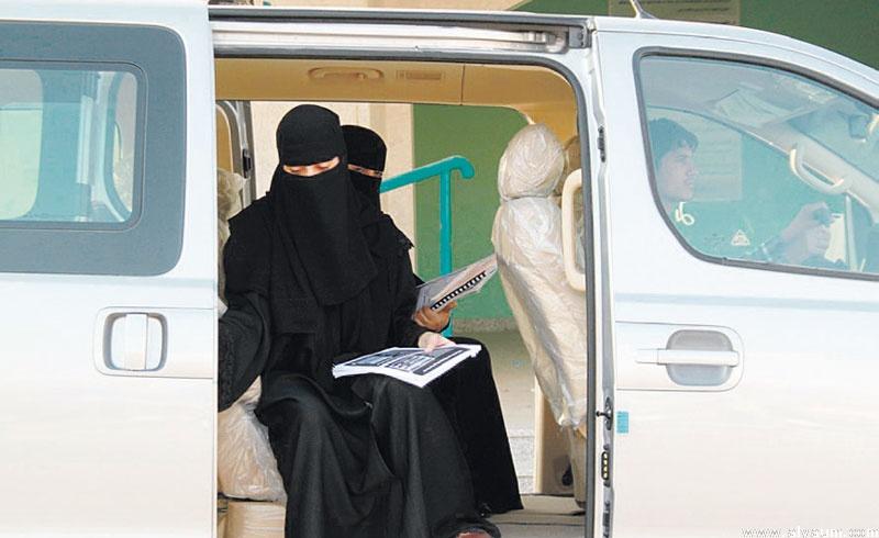 طالبتان من حائل تنقذان سائق حافلتهما بعد الإغماء عليه #طالبتان_من_حايل_تنقذان_سُايق