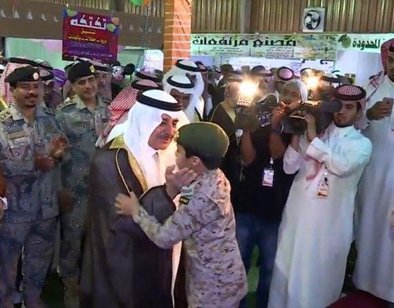 """والد الطفل الذي ألقى قصيدة للجيش السعودي يروي تفاصيل ما حدث لابنه أثناء مشاركته بمعرض """"هذا أبي"""""""