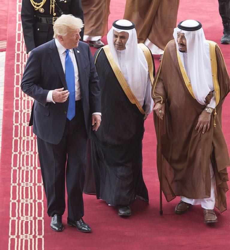 اكثر شخص ظهرت صورته اليوم مع الملك سلمان والرئيس ترامب هو المترجم الخاص بالملك.. فمن هو هذا الشخص