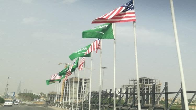 بالفيديو: سر رفرفة العلم السعودي بسهولة عن الأمريكي في شوارع الرياض
