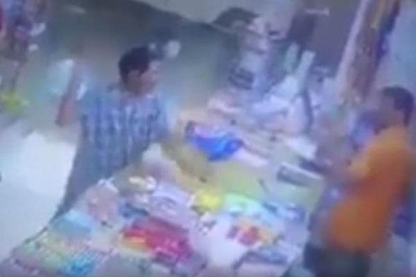 بالفيديو.. شخص يتصرف بغرابة ويعتدي على عامل بقالة ويرميه بالأغراض لهذا السبب!