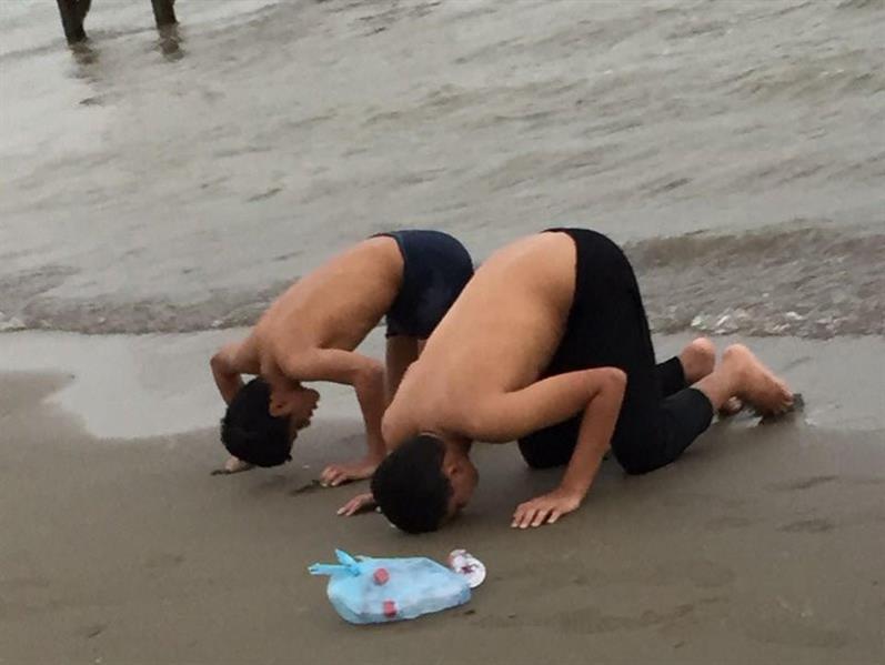 بعد نجاتهما من الغرق.. شابان يخرّان لله ساجدَيْن على شاطئ الشقيق (صورة)