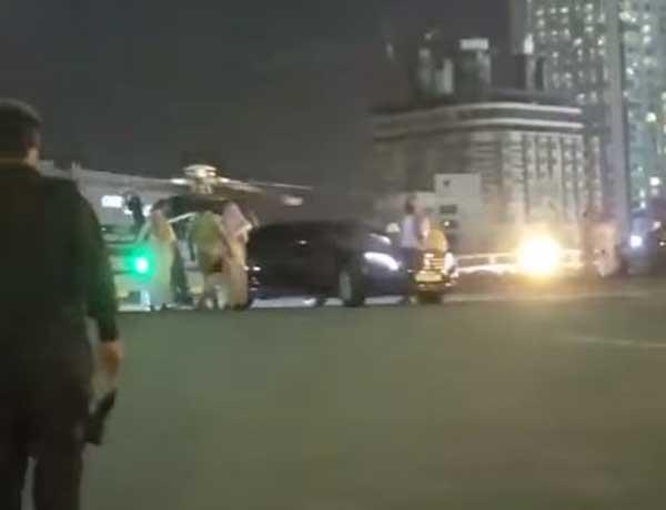 شاهد: لحظة وصول خادم الحرمين إلى مكة المكرمة بطائرة عمودية