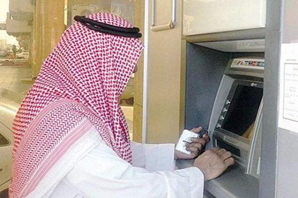 """بنك محلي يتيح سحب فئات الريال والخمسة والعشرة عبر """"الصراف الآلي"""""""