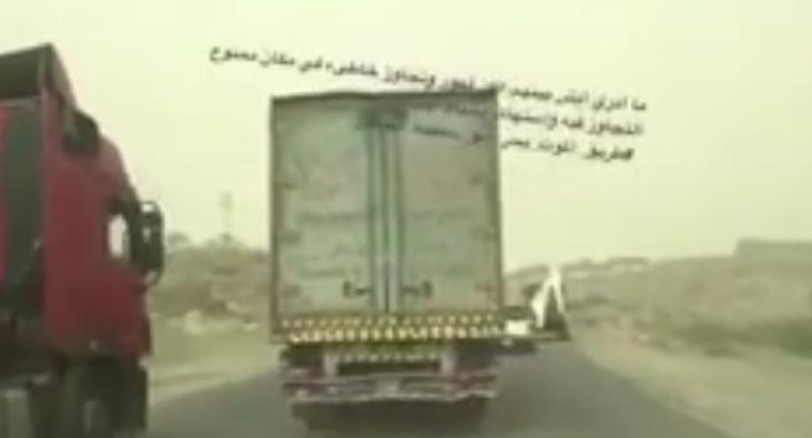"""""""مشهد """"أكشن"""" بين سائقي شاحنتين على طريق بحر أبو سكينة بمحايل.. وأمير عسير يأمر بترحيلهما من المملكة"""