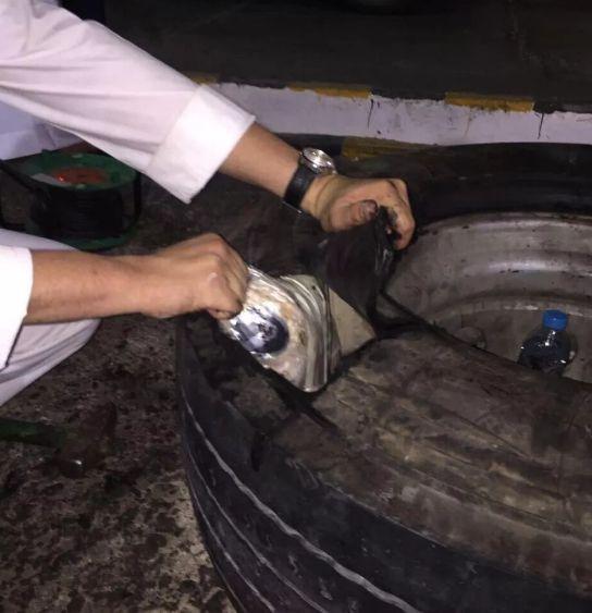 بالصور القبض على مواطنين لحظة تسلمهما 270 ألف حبة كبتاجون داخل إطارات شاحنة