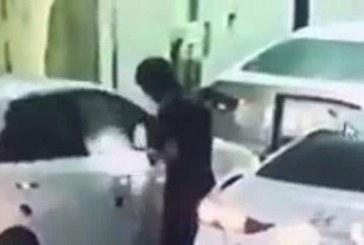 بالفيديو: لص يكسر زجاج سيارة كامري بطريقة غريبة ويسرق محتوياتها بالرياض