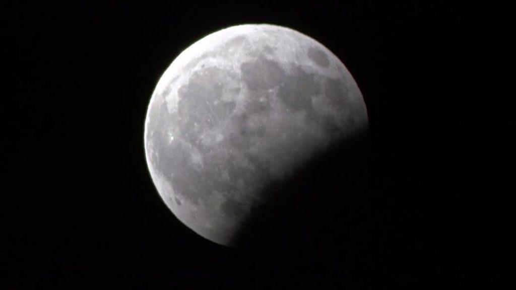 شاهد.. صور لخسوف القمر الجزئي .. والمسجد الحرام يؤدي الصلاة