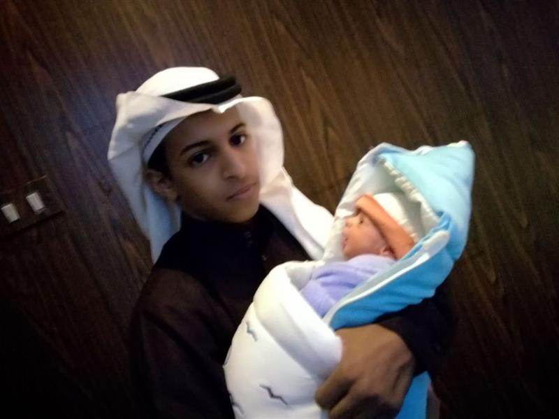 أصغر عريس في تبوك يرزق بمولوده الأول بعد زواجه بعامين (صور)