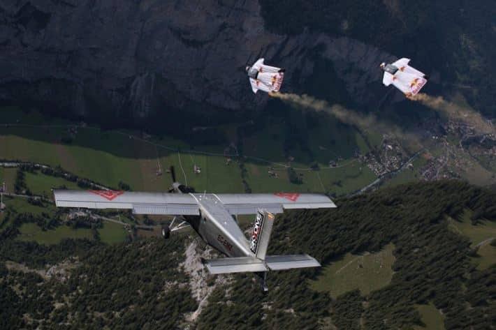 في فيديو يحبس الأنفاس.. مغامران مجنحان يقفزان من الجبل للركوب بطائرة محلقة