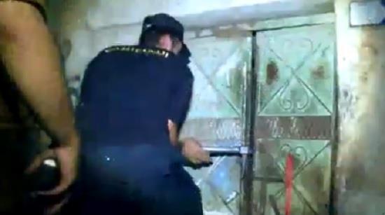 """شاهد.. لحظة مداهمة أخطر أحياء مدينة جدة """"الكرنتينا"""" و""""غليل"""""""