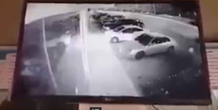 بالفيديو.. شخص يحاول اقتحام محل بسيارته.. والدوريات الأمنية تحاصره وتقبض عليه