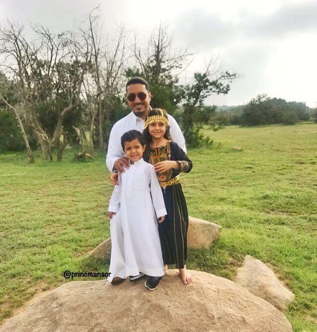 شاهد.. تداول صور مؤثرة لنائب أمير عسير #منصور_بن_مقرن مع أبنائه