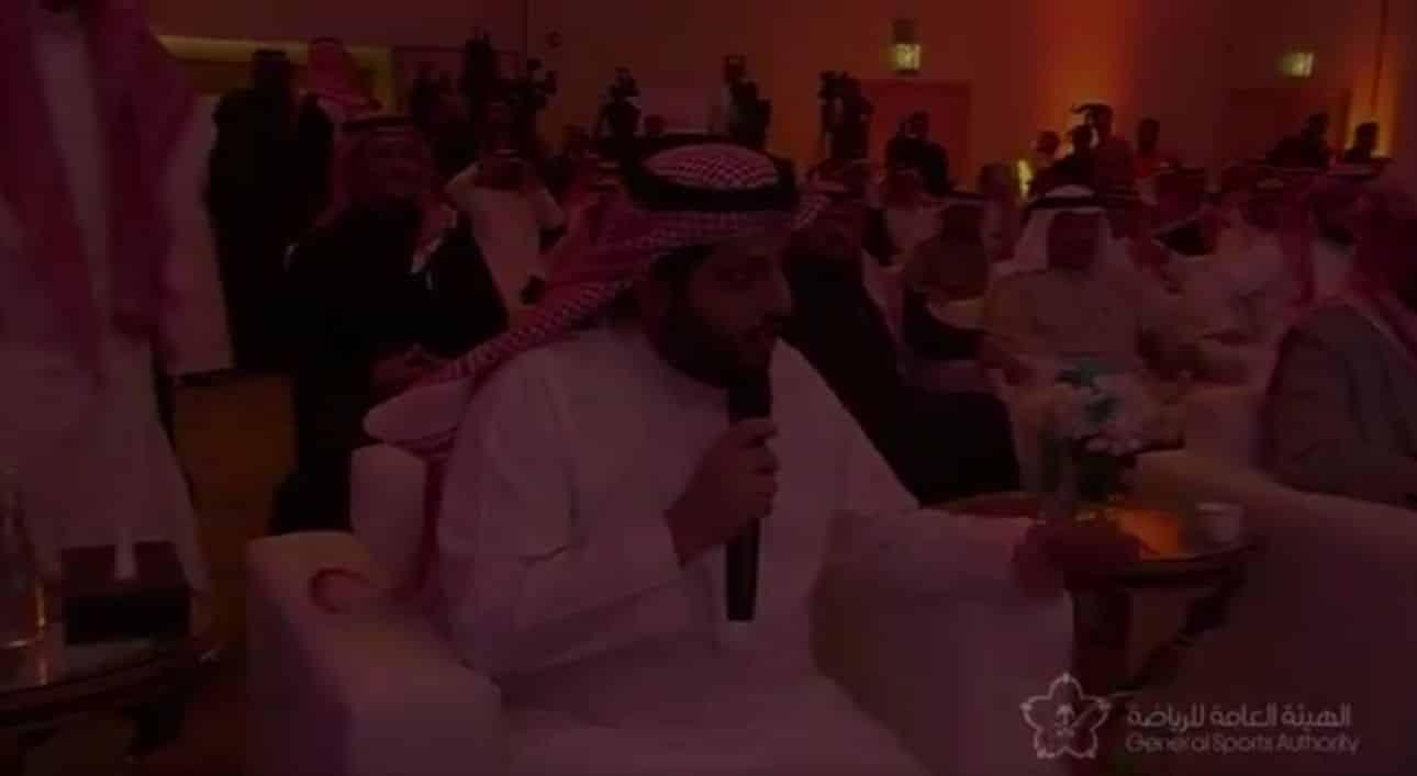 شاهد: ردة فعل تركي آل الشيخ على مقدم الحفل الذي قدمه بطريقة خاطئة