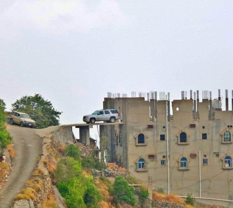 أخطر موقف في السعودية.. مواطن يصمم مكان غريب لركن سيارته أعلى جبال فيفاء بجازان!-صور