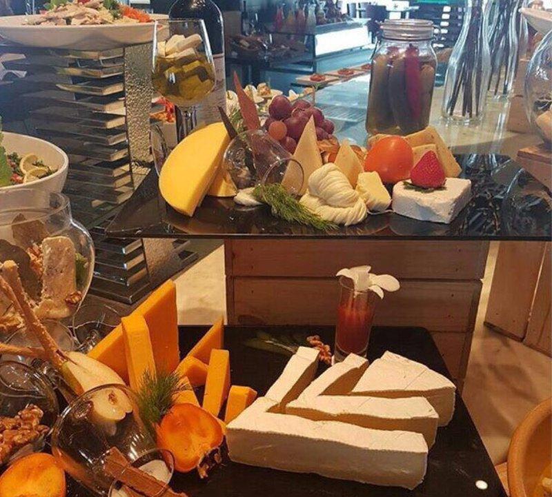 """فندق شهير في الخُبر يغرد بالدعوة لتناول """"الجبن والخمر"""""""
