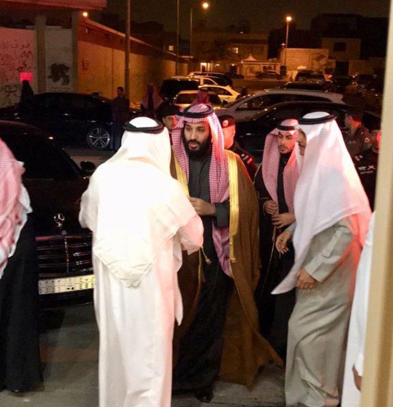 """بالفيديو.. ولي العهد يقود سيارته برفقة وزير الداخلية معزيًا """"المقيرن"""""""