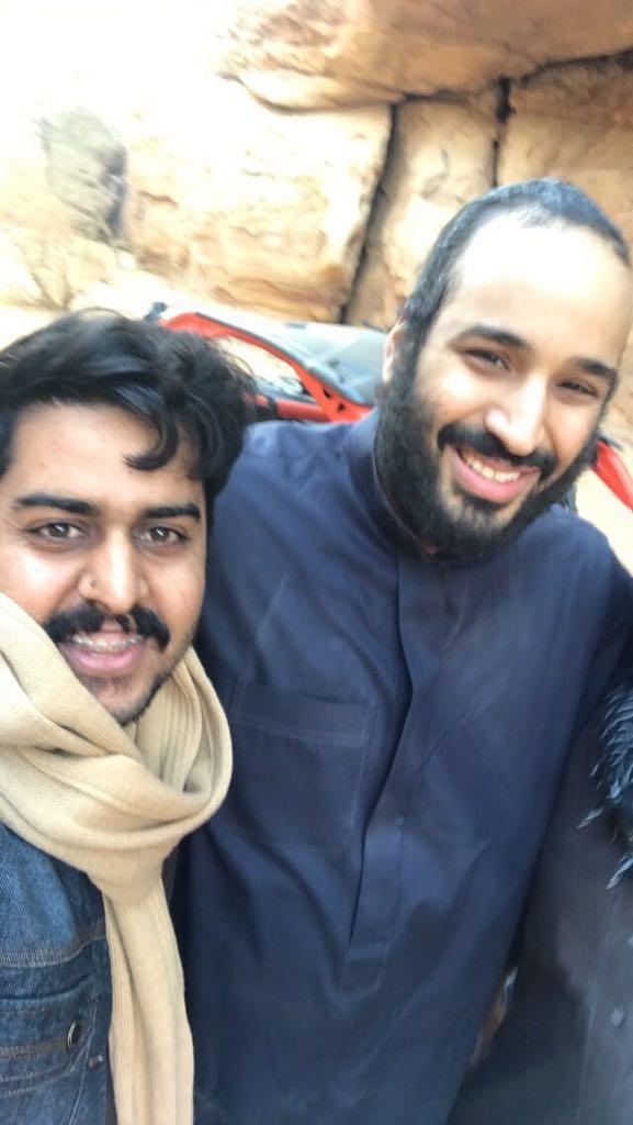 بالفيديو والصور .. شبان سعوديون يلتقطون السيلفي مع ولي العهد في العلا