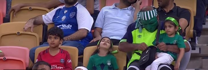 فيديو طريف لطفلة نائمة بمدرجات الجوهرة قبل أن تصحو على هدف الأهلي السادس