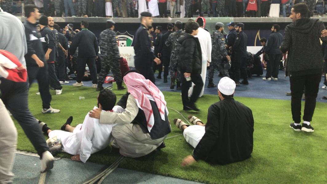 """بالصور والفيديو..انهيار حاجز زجاجي أثناء تتويج المنتخب العماني بـ""""خليجي 23″ وسقوط عدد من الجماهير"""