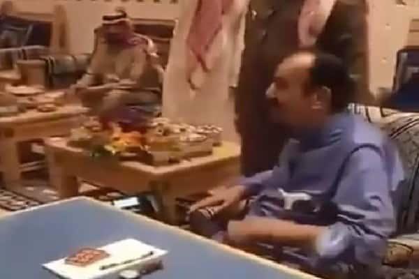 شاهد: عفوية خادم الحرمين وهو يستمع لقصيدة كتبها خاله قبل 70 عامًا في مدحه.. يلقيها أحد الأطفال