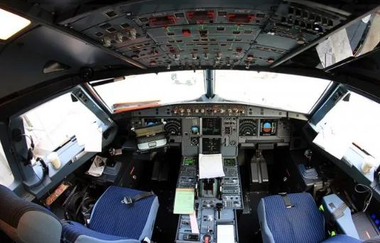 في واقعة غريبة.. طيار ومساعدته يتشاجران أثناء التحليق ويتركان قمرة القيادة ويعرضان حياة 324 راكبا للخطر
