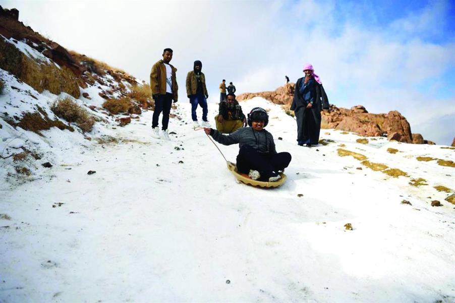 شاهد.. شباب يتزلجون على الجليد بجبل اللوز.. وإقبال كبير للمتنزهين للاستمتاع بالأجواء المتميزة