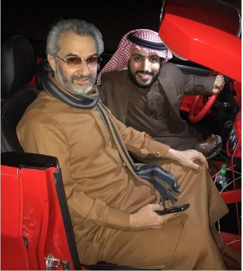 """شاهد.. الوليد بن طلال يتنزه مع """"الربع"""" بسيارته الجديدة"""