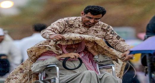 صورة تتجلى فيها إنسانية رجال الحرس الوطني