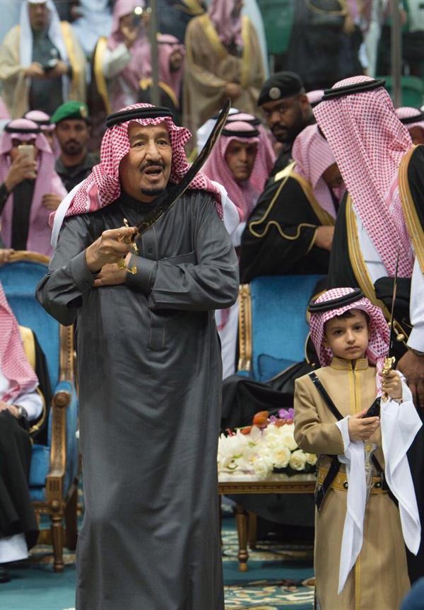 """شاهد.. خادم الحرمين يؤدي العرضة السعودية (رقصة الحرب) بـ""""الجنادرية 32″"""
