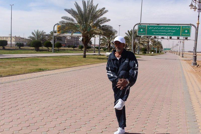 صور.. مسن سعودي يستعد لخوض سباق الماراثون الدولي..عمره 74 عاماً