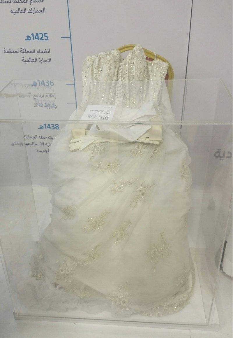 فستان زفاف بالجنادرية.. ما الذي يفعله هنا؟ نساء يتساءلن والإجابة مثيرة