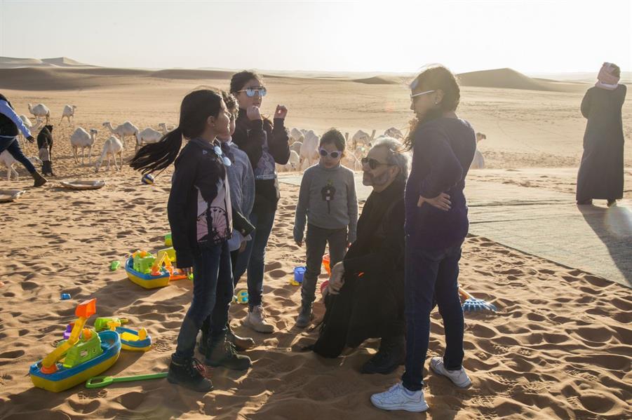 بالصور.. الوليد بن طلال في رحلة برية برفقة أبنائه وحفيداته