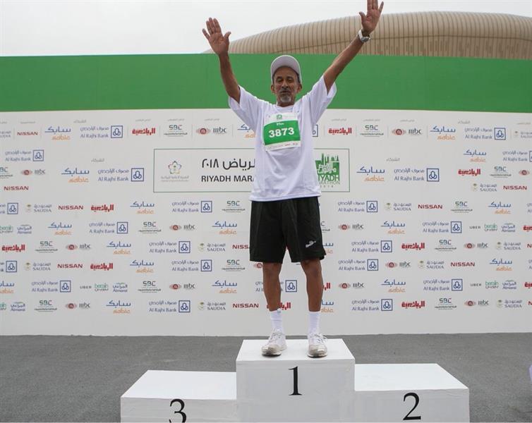 بالصور.. المواطن البلوي ذو الـ79 عاماً يكمل ماراثون الرياض حتى النهاية.. وهيئة الرياضة تكرمه
