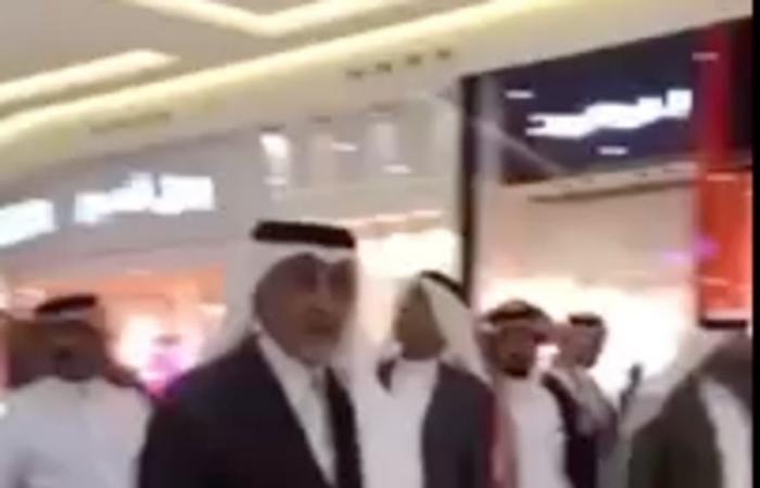 بالفيديو إجابة بائع سعودي بمول بالطائف حول عدم لبس الثوب تثير تعجب الأمير خالد الفيصل