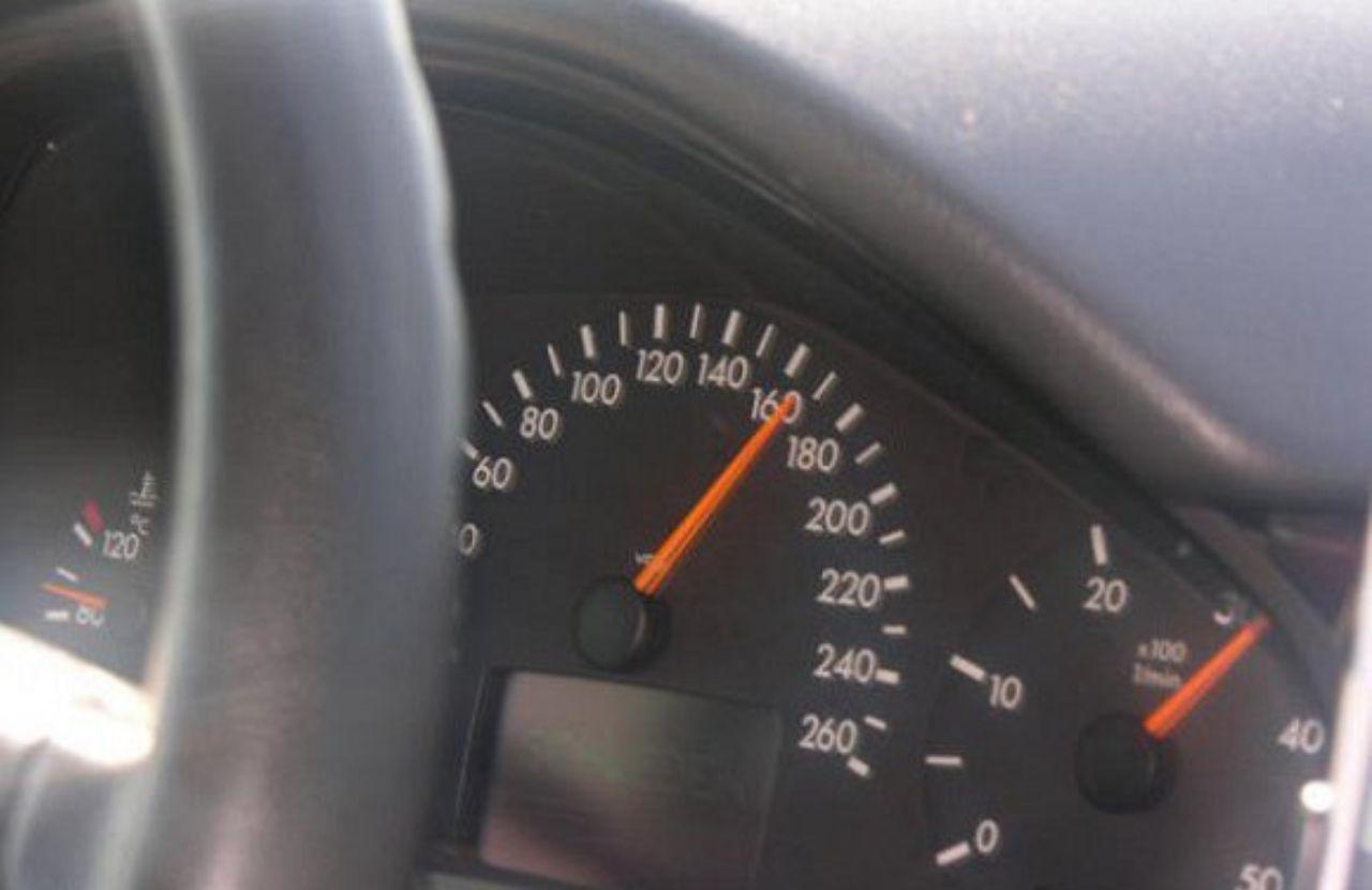 شاهد.. أب يضع رسالة لابنه على عداد سيارته بطريقة مميزة لتحذيره من السرعة