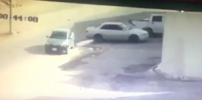 بالفيديو.. لص يسرق سيارة متوقفة أمام منزل شرق الرياض.. ويكاد يدهس شخصاً حاول إيقافه