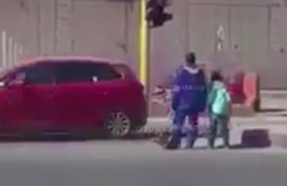 فيديو لعامل نظافة يساعد طالباً صغيراً لعبور أحد الشوارع.. ومطالبات بتكريمه