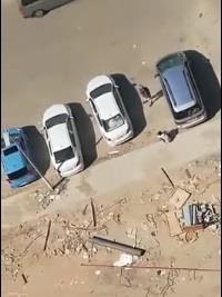 شاهد.. لصان يسرقان مجموعة من السيارات بعد تهشيم زجاجها بمكة