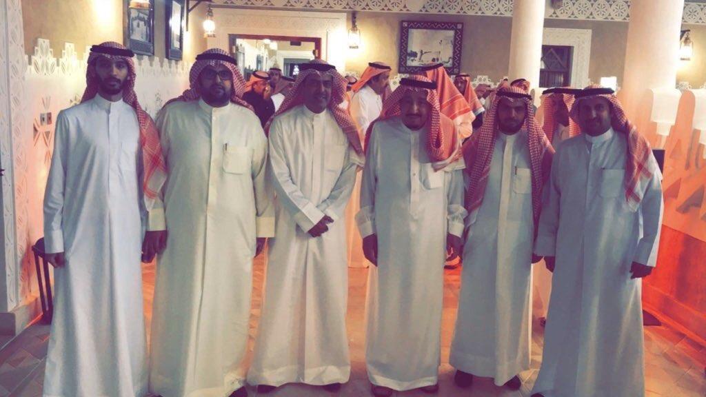 الملك سلمان يستقبل في قصره أبناء الشاعر الكويتي محمد الخس