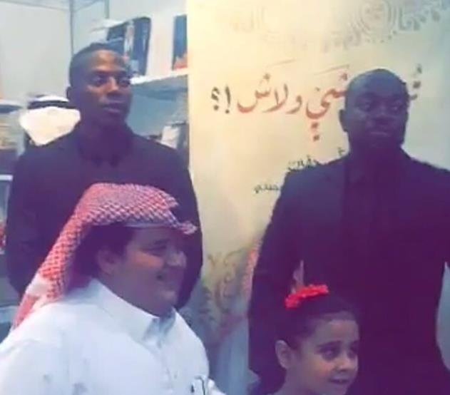 """""""أبو جفين"""" يصطحب """"حراسة خاصة"""" أثناء تجوله في معرض الكتاب.. وصوره تثير تعليقات متفاوتة"""