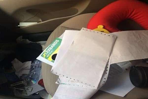بالصور حرامي راقب السيارة مدة أسبوع لسرقتها.. ولكنه تقاجىء وترك بمركبة المواطن رسالة و20 ريالاً